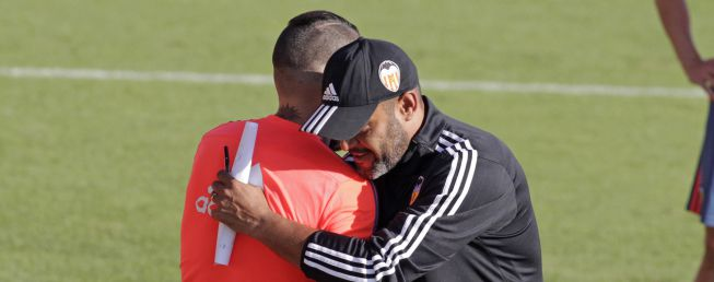Otamendi back in training with Valencia