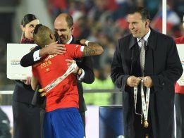 Napout reapareció en público y dio el trofeo a los chilenos