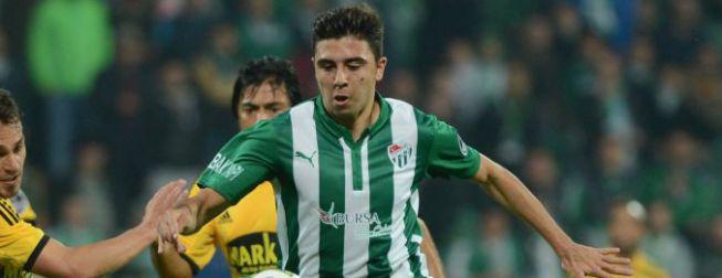 El Valencia, interesado en el centrocampista Ozan Tufan