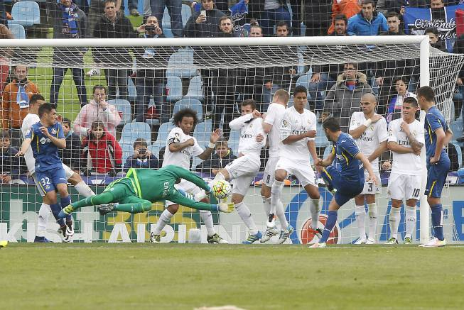 Résumé Vidéo Getafe Real Madrid 1 5 16 04 2016: Real Madrid Keylor Navas Makes An Incredible Save From An