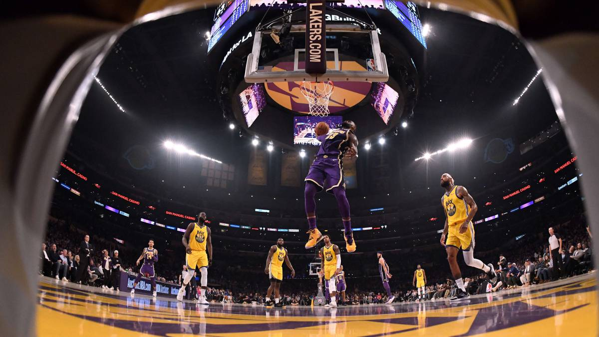 LeBron-James-and-the-Lakers-fly-at-the-Staples-Center