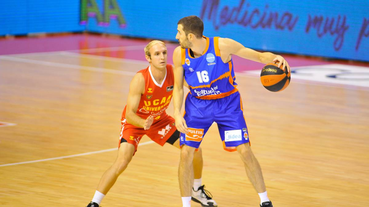 Valencia-overwhelms-UCAM-Murcia-and-remains-intractable