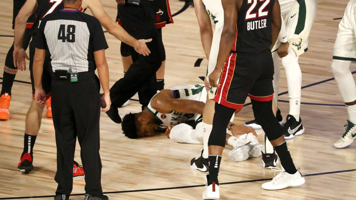 Giannis-leaves-the-game-with-a-worrying-ankle-injury