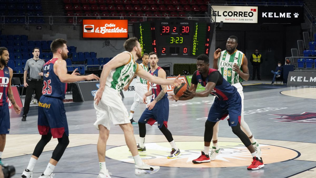 Baskonia-takes-it-out-on-Betis:-Peters-(27)-leads-the-beating