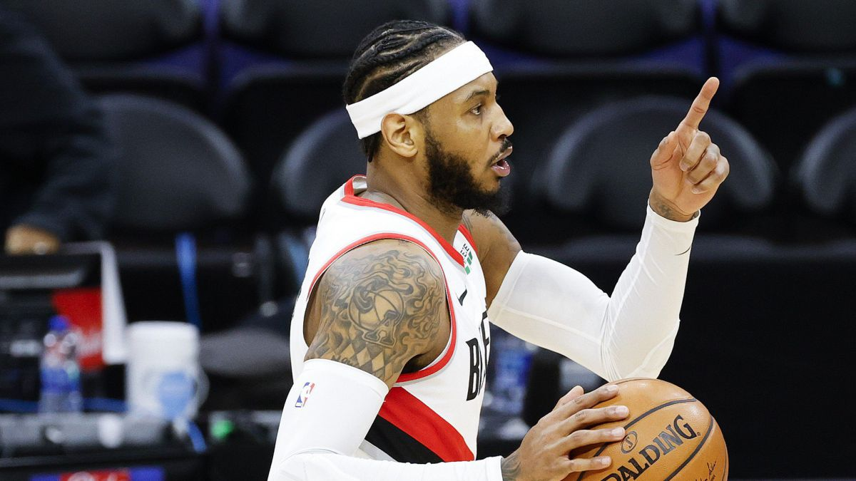 Carmelo-Anthony-comes-to-the-rescue-of-a-Lillard-drowned-in-attack