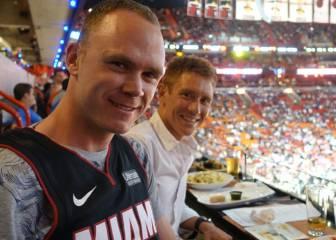 Chris Froome, presente en un partido de los Heat en la NBA