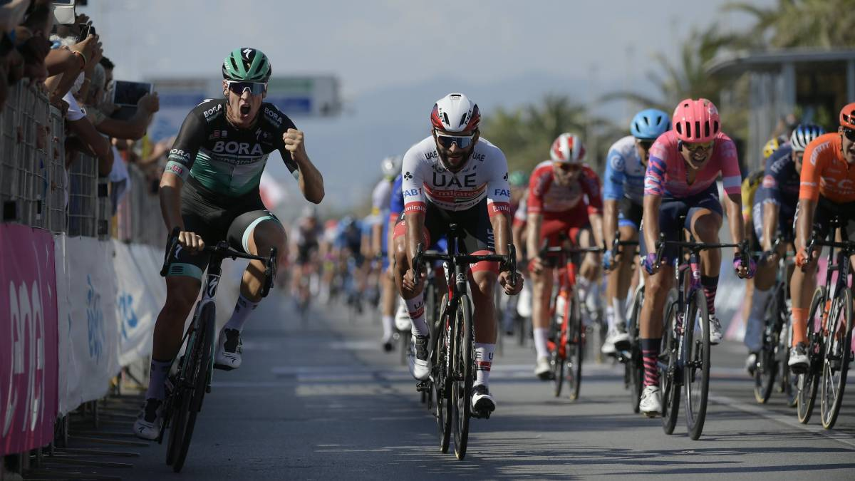 Ackermann-seated-and-glued-to-the-fence-prevails-in-the-sprint