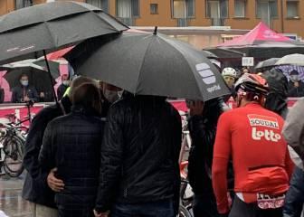 Los ciclistas, en los autobuses en busca de la nueva salida