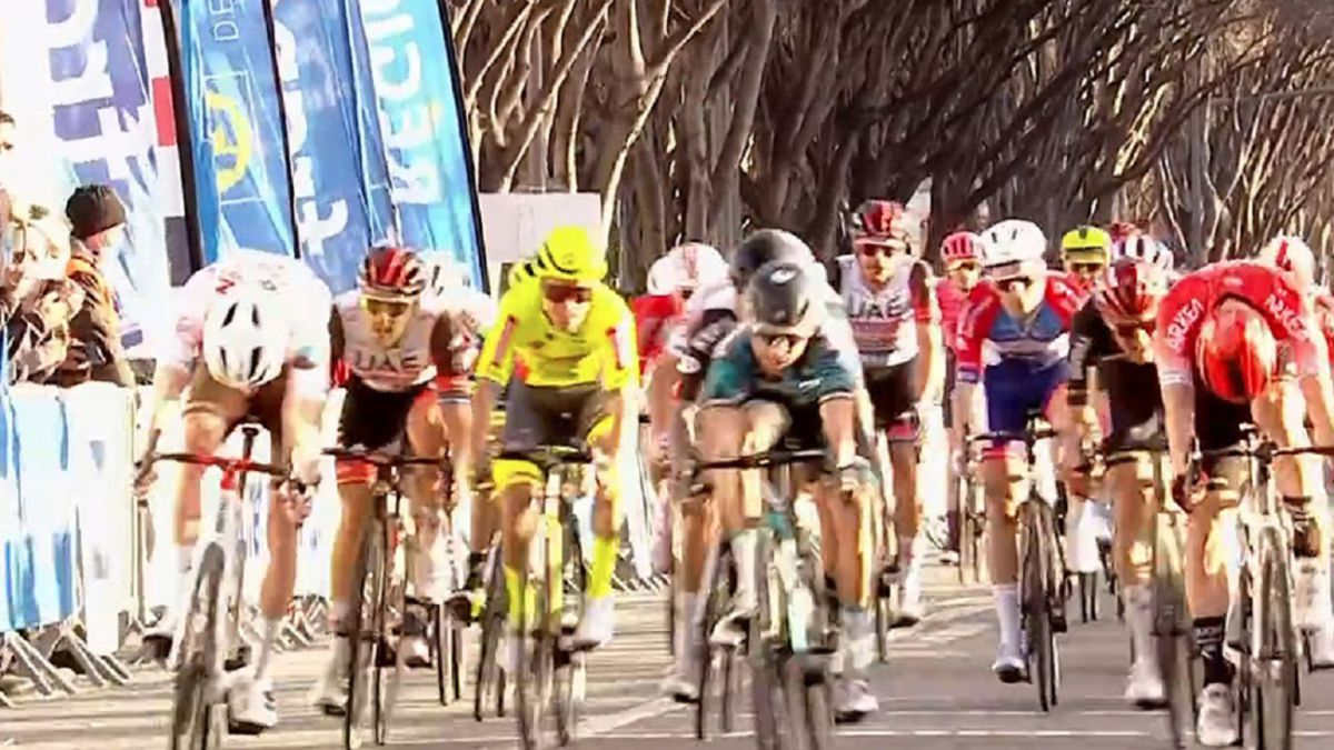 The-Ag2r-smiles-first-with-Paret-and-Galván-shows-his-class