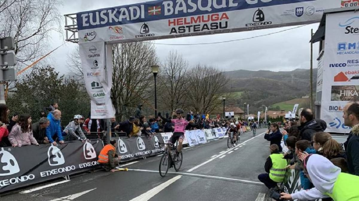 The-great-cyclist-showcase-begins-in-the-Aiztondo-valley
