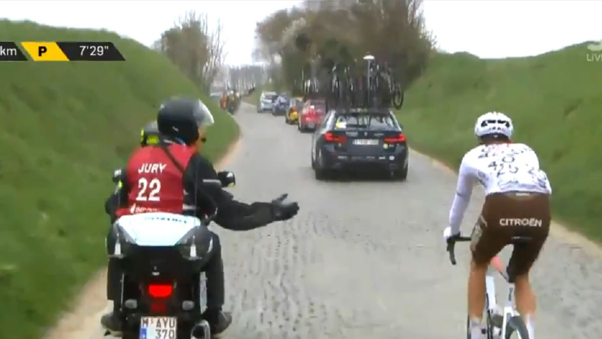 The-peloton-explodes-due-to-the-expulsion-of-Schär-in-the-Tour-of-Flanders-after-throwing-a-jerrycan