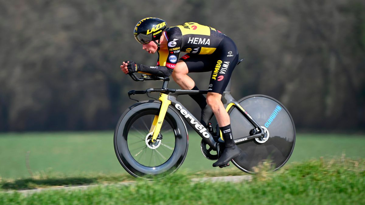 Roglic-scores-the-first-heads-up-with-Pogacar