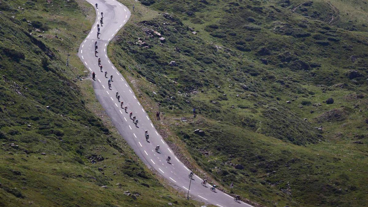 Three-cyclists-investigate-suspicious-bike-noises