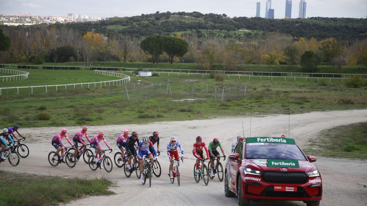 The-Škoda-Enyaq-repeats-as-the-Vuelta-director's-car