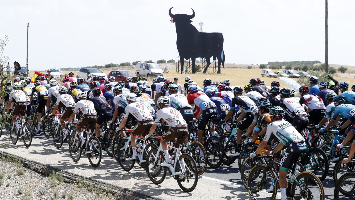 The-Osborne-bull-watches-over-the-peloton-in-Castilla-La-Mancha