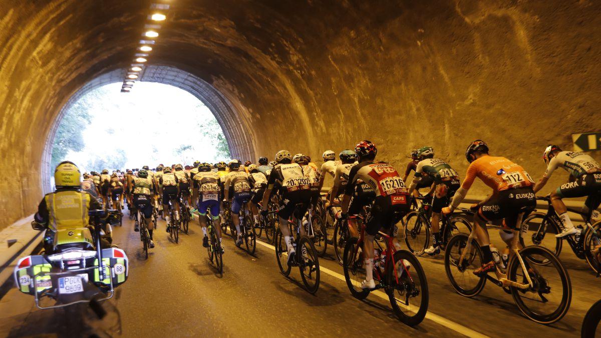 The-La-Vuelta-peloton-started-the-last-week