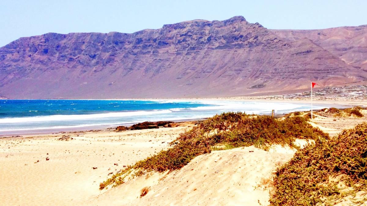 Lanzarote  surf (y kite) todo el año entre volcanes - AS.com cdbb69ced53
