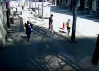 Deleznable: ve una mujer asiática por la calle y se le cruza el cable por completo