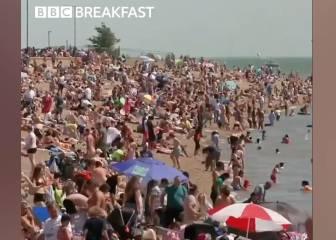 Más de 2.000 casos en Reino Unido ayer y sus ciudadanos dejan esta imagen en la playa