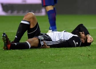 Garay, con rotura de isquios, se marchó de Mestalla con muletas