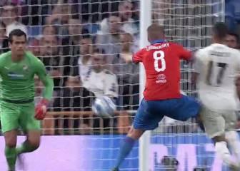 El Madrid reclamó penalti por una caída de Lucas Vázquez