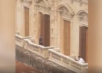 'Cazan' a Ronaldinho en el balcón de su arresto domiciliario y su reacción vuela por todo Twitter