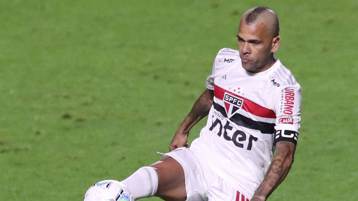 Dani-Alves-is-successfully-operated-on-for-a-fracture-in-his-forearm