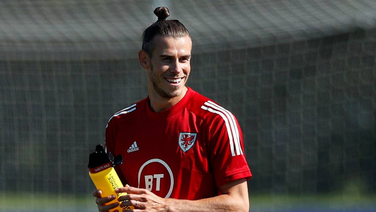 Bale-smiles-again-with-Wales