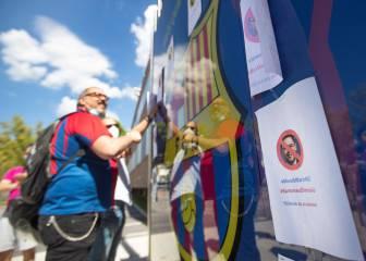'Tsunami Blaugrana' cuelga carteles para informar sobre la moción de censura