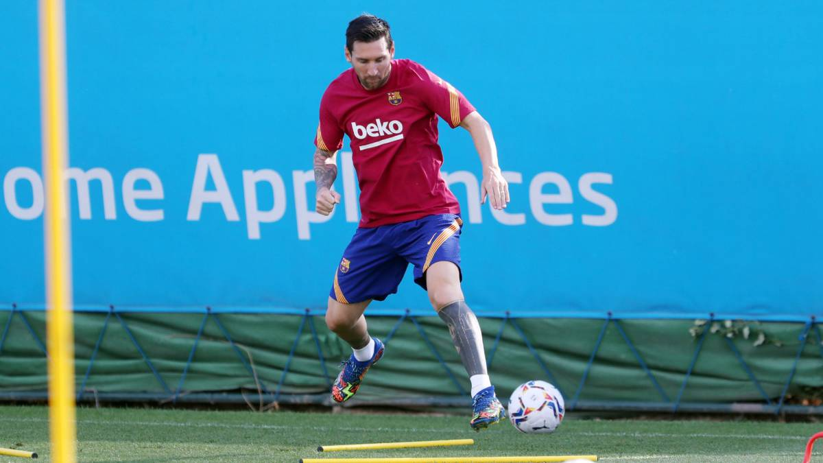 Messi-returns-alone