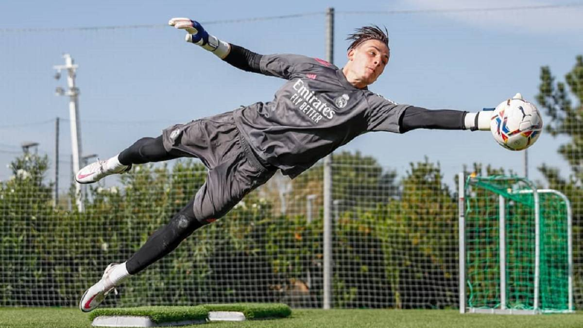 Lunin-with-the-first-team-card-...-and-number-13