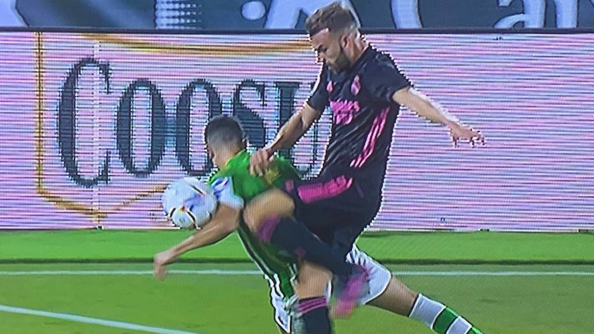 """Iturralde-has-no-doubt:-there-is-a-""""penalty""""-by-Bartra's-hand"""