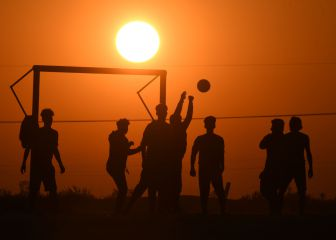 Jugando al fútbol en Irak a la puesta de sol