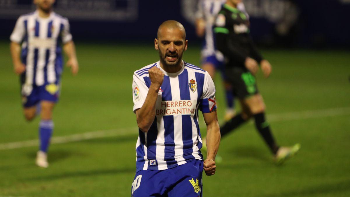 Yuri-threatens-the-defensive-improvement-of-Tenerife
