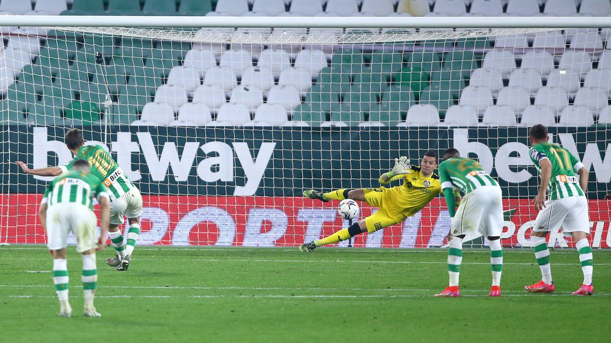 Estrada-gives-Betis-a-push-to-Europe-and-Bordalás-to-the-abyss