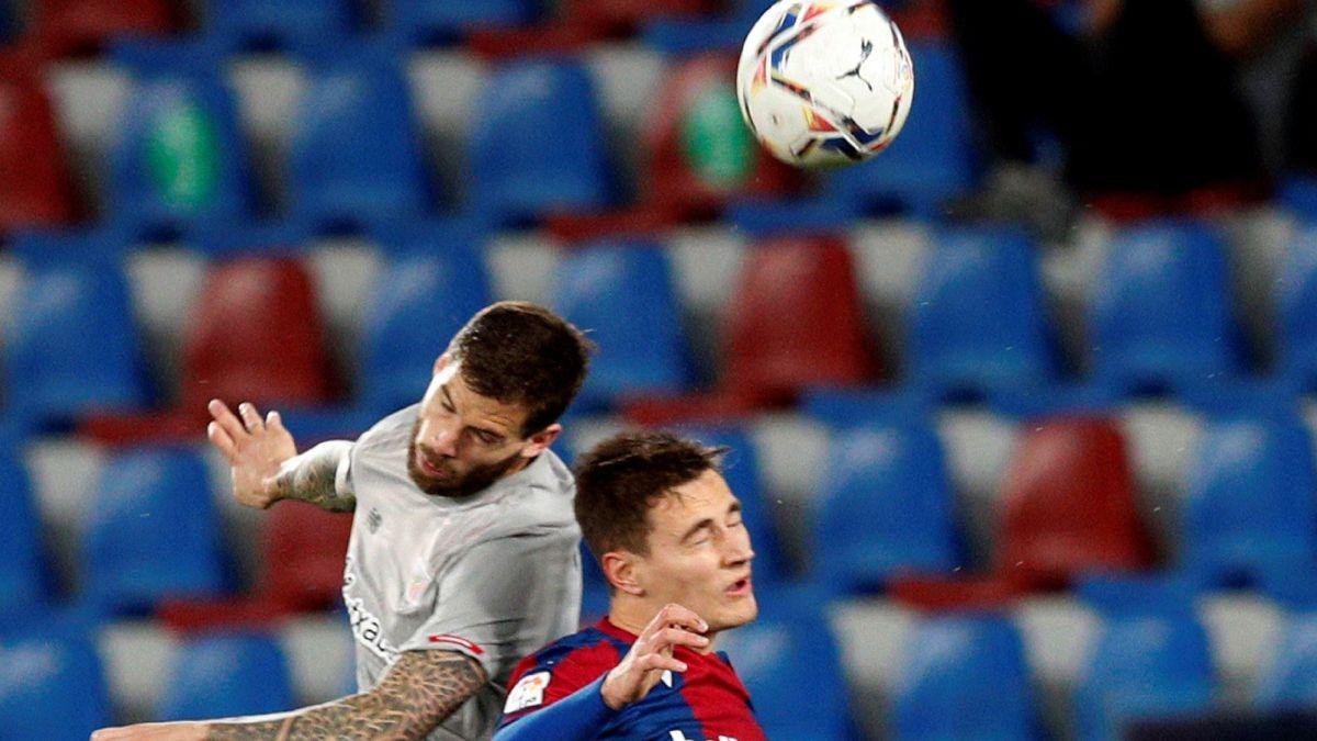 Íñigo-Martínez-red-card-for-aggression-against-Sergio-León