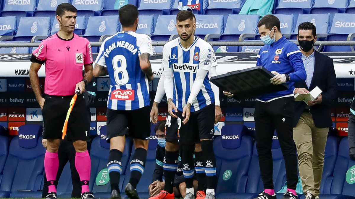 The-national-teams-open-the-door-to-the-waiting-room-perica