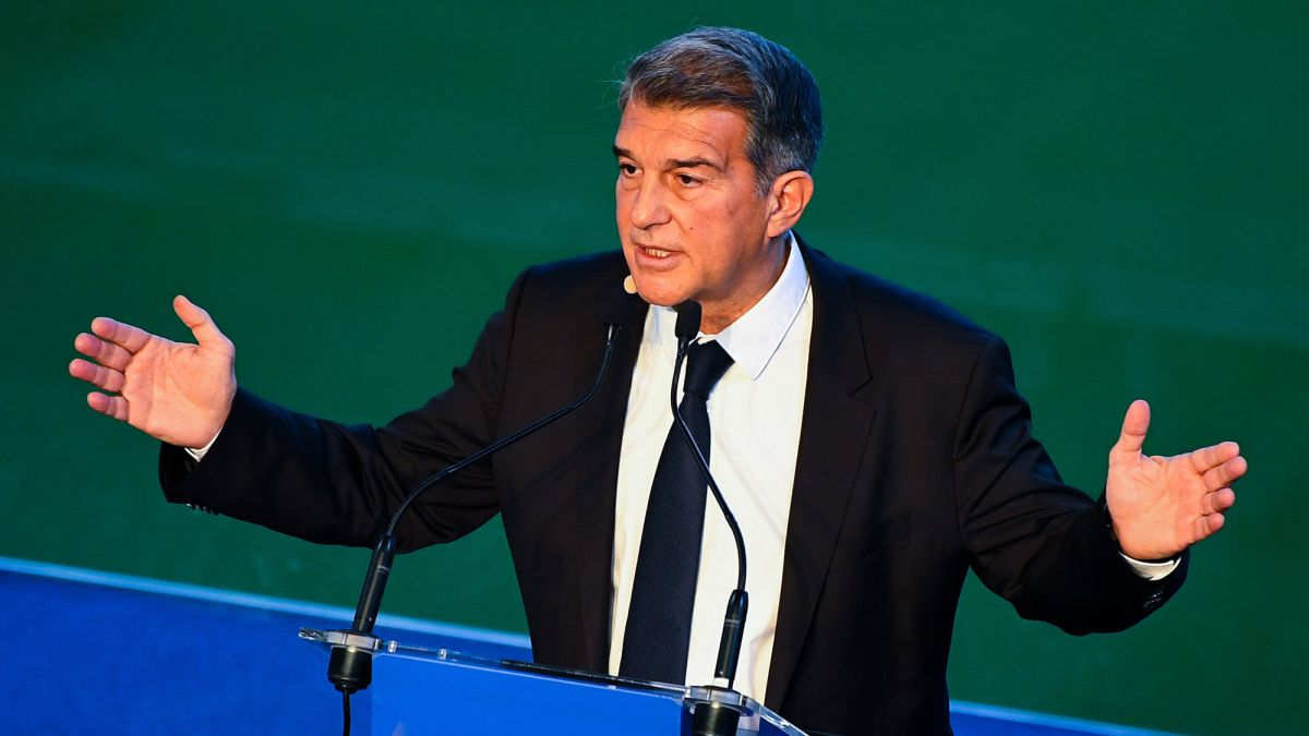 """Laporta-makes-Messi-laugh:-""""I'll-do-what-I-can-to-make-you-stay"""""""