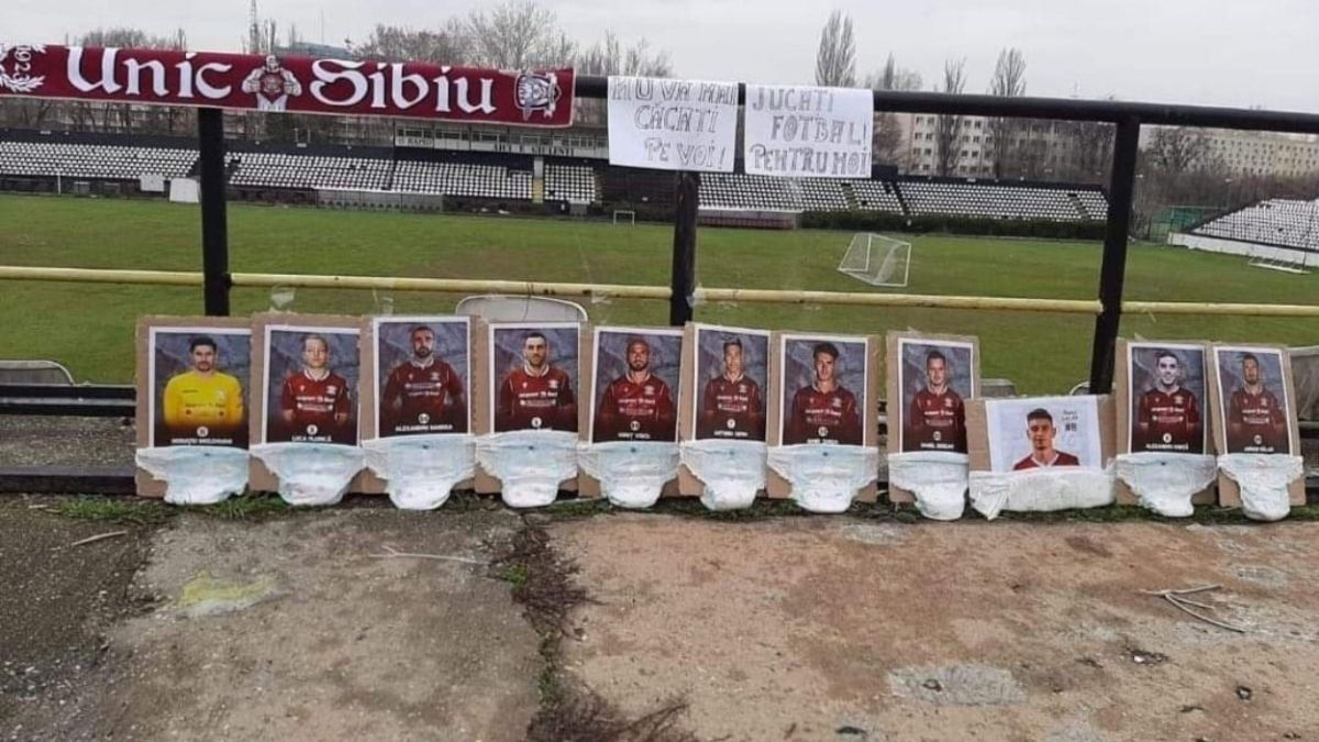 Rapid-Bucharest-fans:-reproach-footballers-in-diapers