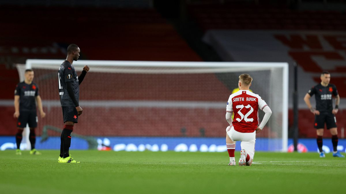 Arsenal-kneels-against-racism-...-And-Slavia-refuse