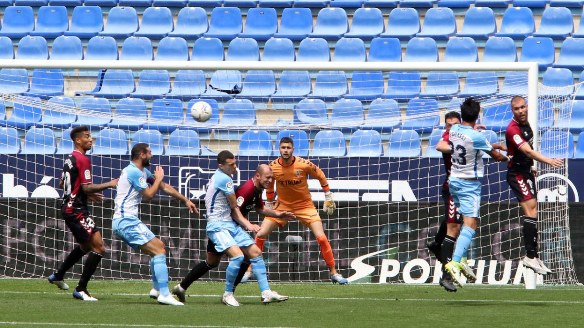 Malaga-dreams-of-the-playoff-and-leaves-Albacete-in-the-UVI