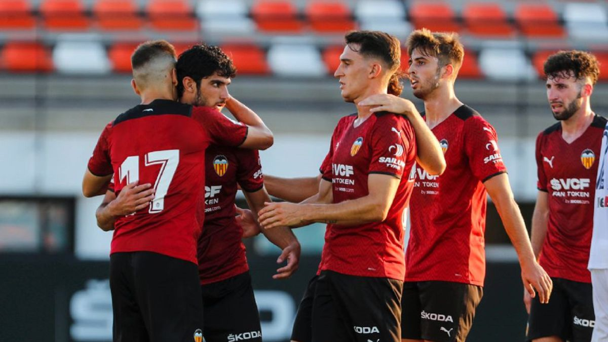 Guedes-lets-himself-be-loved-with-a-goal