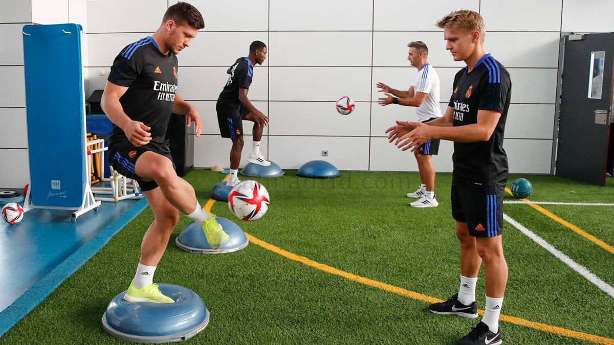 Glasgow-examines-Odegaard-and-Jovic-in-front-of-13,000-spectators