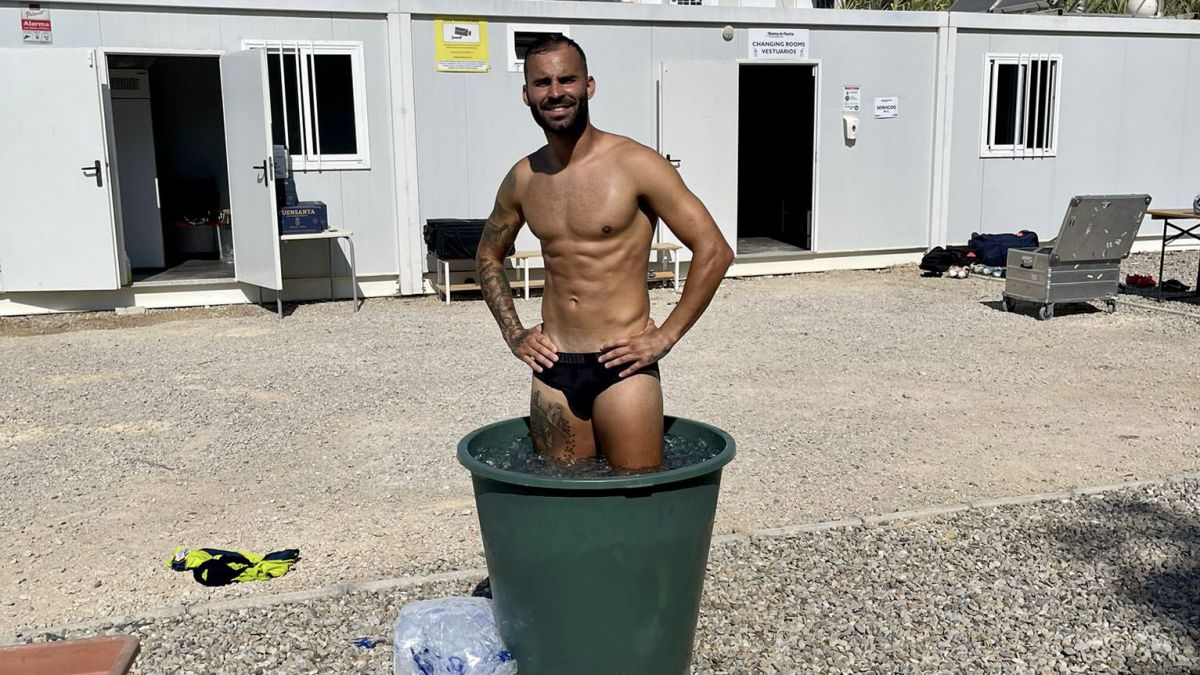 Jesé-sets-fire-to-the-nets-with-his-bathroom-in-a-bucket