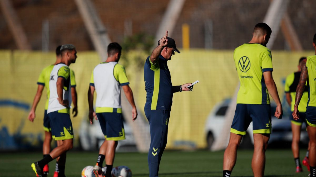 Clau-Moleiro-Álex-García-and-Sergi-Cardona-remain-in-the-first-team