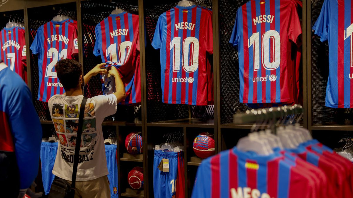 The-mess-of-Barcelona-is-now-presented-with-the-return-of-Messi's-shirts