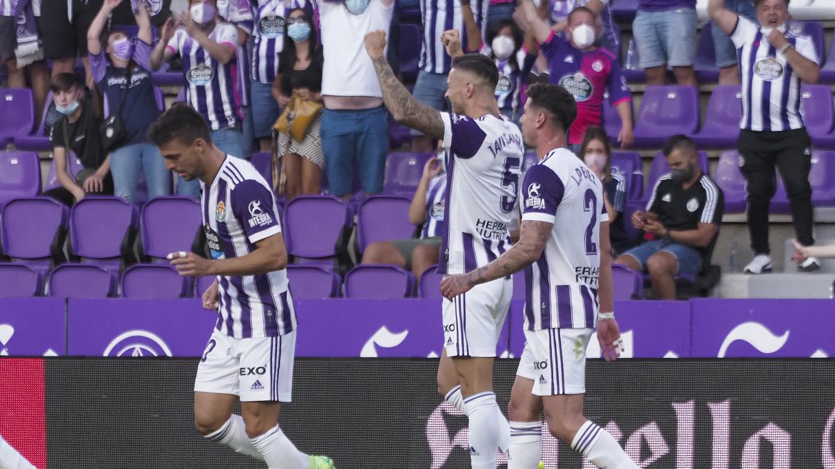 Javi-Sánchez-and-Toni-inaugurate-the-pucelan-victories-locker