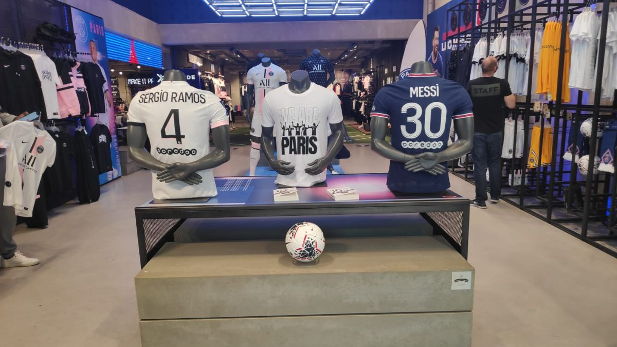Mbappé's-shirt-'disappears'-from-the-PSG-store