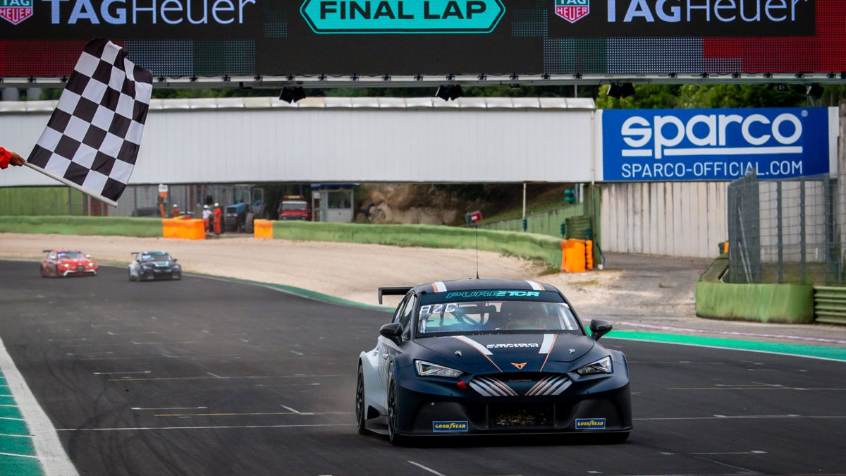 Azcona-shines-at-the-premiere-of-Pure-ETCR-in-Vallelunga