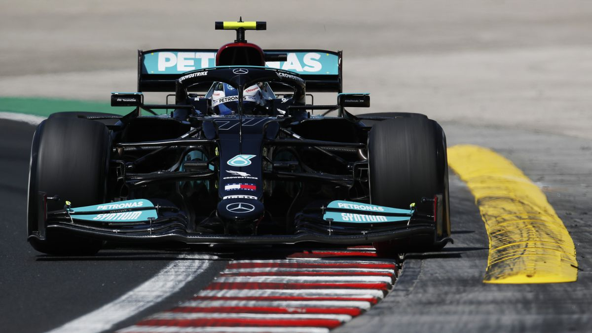 Mercedes-talks-on-the-track